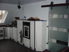 Küche mit Ofen auf Armhöhe