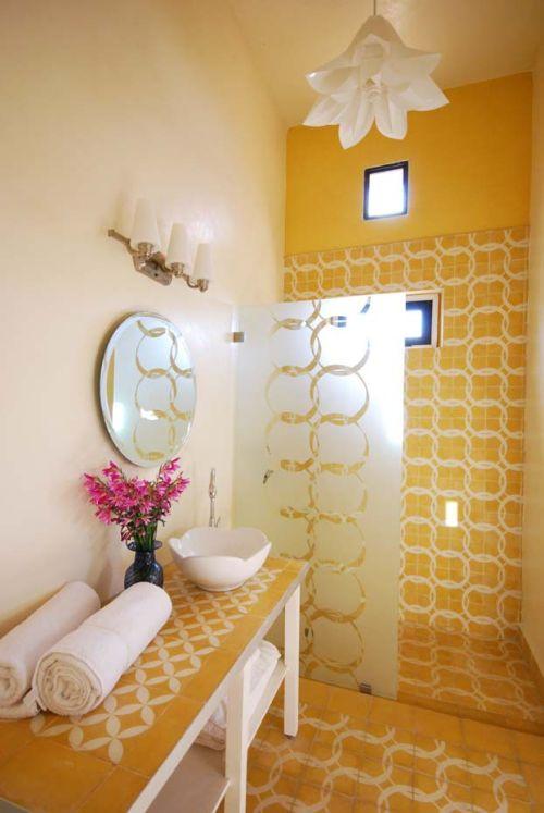 Baño Amarillo con Estilo Marroquí