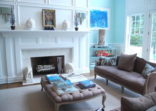 decoración de una sala azul marrón