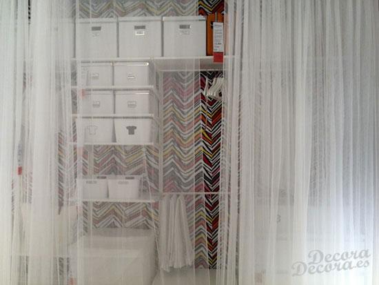 Un armario con cortinas - Armario sin puertas ...