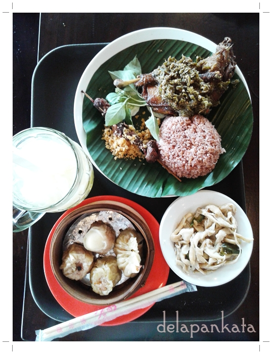 Menu diet-dietan saya: Nasi Merah, Bebek Sambel Ijo, Sate Bebek lengkap dengan kremesnya, Tumis Jagung, Dim Sum dan Es Kelapa Jeruk. Endeus!  (Foto dok. Pribadi)