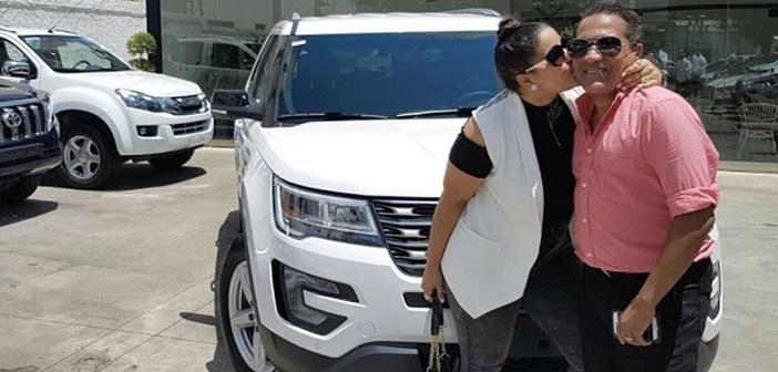 MOMENTOS en que Kinito Mendez soprende a su esposa y le regala jeepeta 2017