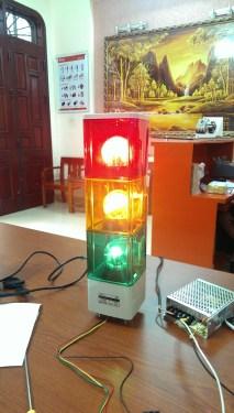 Đèn trụ vuông xanh đỏ vàng quay gắn cẩu