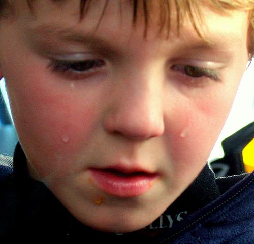 Da nützten auch die Tränen nichts. Lars wurde geschlagen und zwar gleich von 12 Schulkameraden, im Mohrenkopf-Wettessen. Während Lars gerade mal einen Mohrenkopf in 30 Sekunden schaffte, stopften sich seine Schulkollegen fünf der Schokoküsse in den Mund. Ja ja, Lars ist zwar Diabetiker, aber etwas Wettkampfgeist hat noch keinem geschadet!