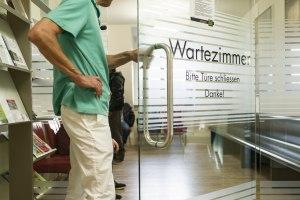Schon Konfuzius wusste: Ist das Wartezimmer voll, fühlt sich der Arzt toll. Ist es leer, nicht mehr.  bild: keystone