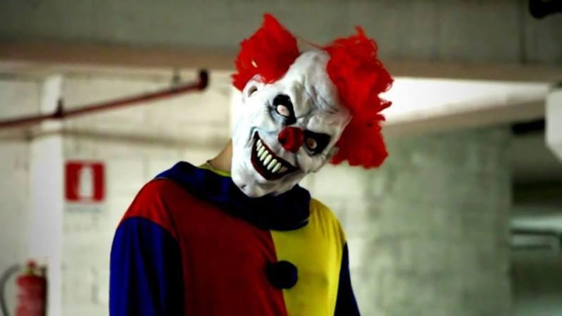 Dier Killer Clown verbreitet in einer Tiefgarage Angst und Schrecken. Allerdings nur bis 21 Uhr. Seine Eltern erlauben dem pickligen Jungen hinter der Maske nicht länger draussen zu bleiben.