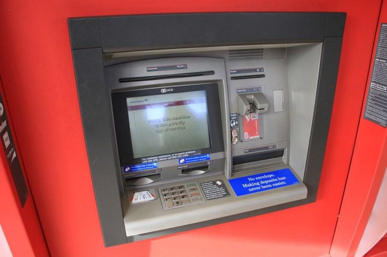 Einer der geplünderten Automaten. Besonders fies: Hier wurde die Sprache noch auf Englisch umgestellt! Als ob das Gerät für Senioren nicht sowieso schon kompliziert genug wäre.