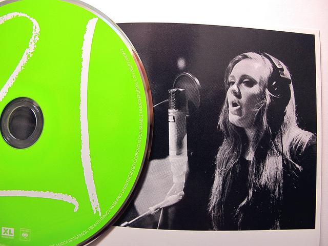 """Wissen Sie übrigens, warum Adele bei """"21"""" damals dieses Giftgrün für die CD wählte? - Nein? Wir leider auch nicht."""