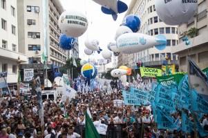 zzzznacp2NOTICIAS ARGENTINAS BAIRES, MARZO 7: Miles de manifestantes confluían este mediodía en el cruce de Diagonal Sur y Moreno, en esta capital, en el marco de la convocatoria de la CGT frente al Ministerio de Producción para reclamar el cese de los despidos y cambios en el plan económico del Gobierno. FOTO NA: DANIEL VIDESzzzz