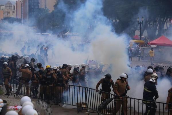 Após 150 feridos, governo do Paraná culpa manifestantes