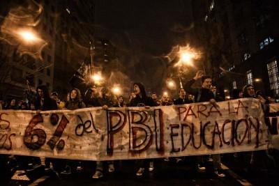 Protestos e violência policial marcam luta pela educação pública no Uruguai