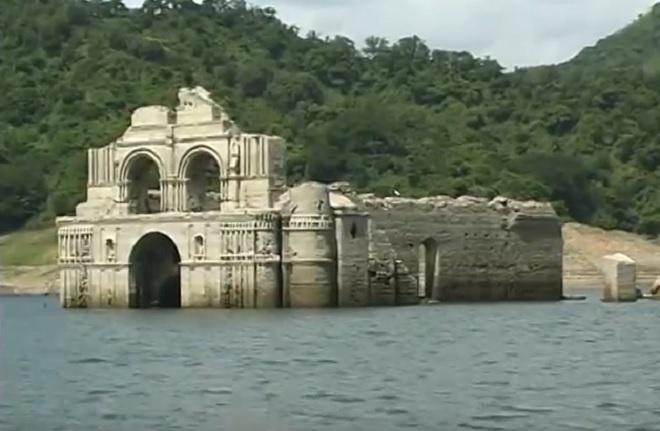 Após período de seca, Igreja construída no século 16 'surge' em rio no México