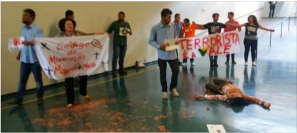 Manifestantes são presos por 'crime ambiental' após jogarem lama no Congresso