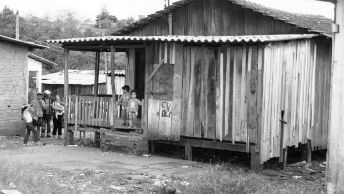 """""""Arredores"""": Realidades de um país colonizado e explorado"""