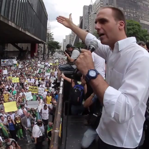 Filho de Bolsonaro apresenta projeto que criminaliza o comunismo