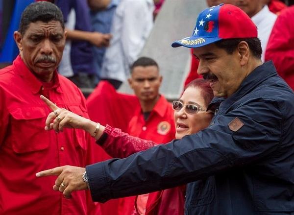 Oposição venezuelana apresenta assinaturas para iniciar referendo revogatório