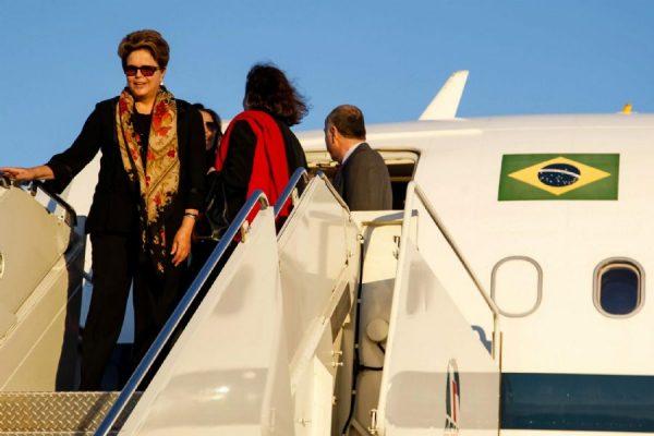 Juíza derruba decisão de Temer que impedia Dilma de viajar em aviões da FAB