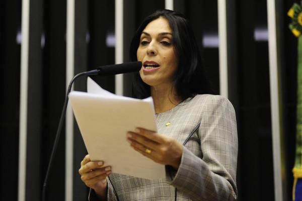 Deputada de SC pede para Serra contratar pessoa indicada por ela sem concurso