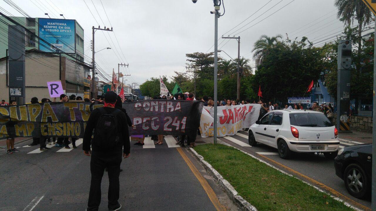 Continuando pela Mauro Ramos, sentido Beiramar Norte