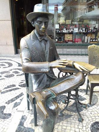 Escultura de Fernando Pessoa frente ao café A Brasileira, bairro do Chiado, Lisboa. Foto: Tali Feld Gleiser.