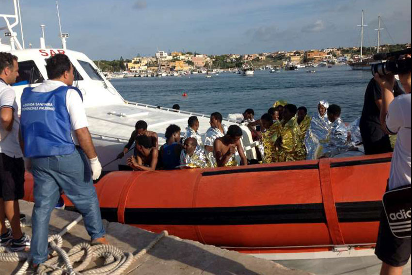 Navio de guarda costeira traz sobreviventes de um navio que virou à ilha de Lampedusa. Foto: AMSA/ACNUR