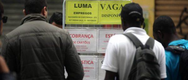 Negros recebem cerca da metade da renda dos brancos, diz IBGE