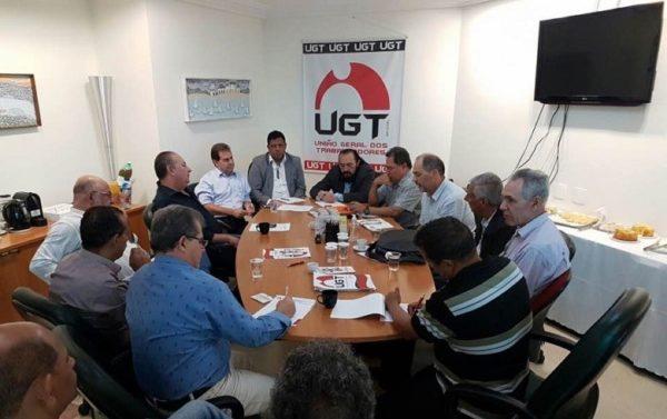 Centrais se reúnem para marcar greve geral e discutir veto a projeto