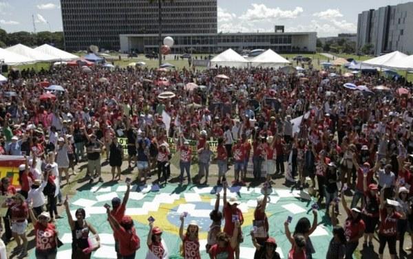 Cerca de 4 mil professores caminharam em direção à Catedral de Brasília. Resistência e greve de fome. Sinpro/DF.