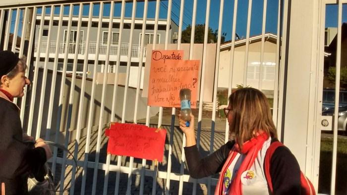 Deputada Carmen Zanotto sofre protesto em frente a sua casa na manhã deste sábado