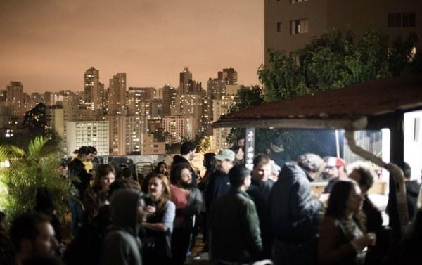 Jantar dos Refugiados Lanches árabes e a vista da cidade são as estrelas das noites de terça-feira na Fatiado Discos (Reprodução Facebook/Fatiado Discos)