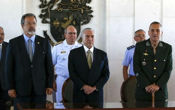 """Temer, Jungmann e militares. """"Não revertido o  quadro de deterioração em curso"""", militares poderiam intervir, segundo Jungmann. Foto: Marcos Corrêa/PR"""