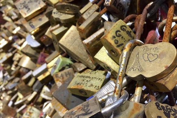 Paris leiloará seus cadeados do amor para ajudar refugiados