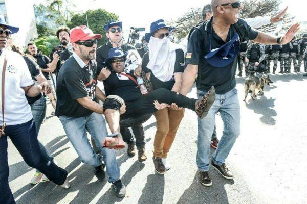 """Policial Civil é ferida durante manifestação em Brasília. Para Isaac Ortiz (à direita), ação da Polícia Militar do Distrito federal foi """"despreparada"""".   Foto: Mídia Ninja"""