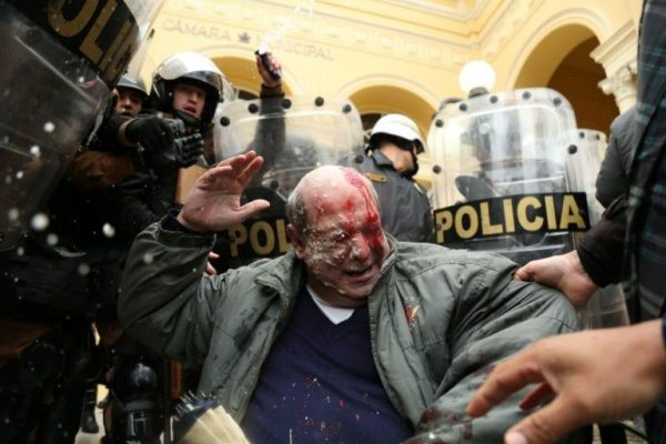 Servidor atingido por policiais durante protesto na terça-feira 20 (Foto: Chico Camargo / CMC)