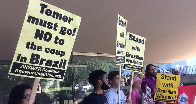 Protesto nos EUA pede saída de Temer e entrega carta à Embaixada do Brasil
