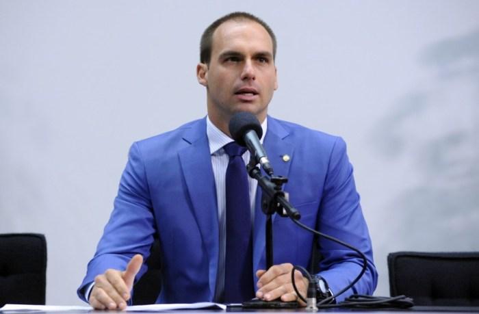 Eduardo Bolsonaro apresenta PL na Câmara que criminaliza apologia ao comunismo