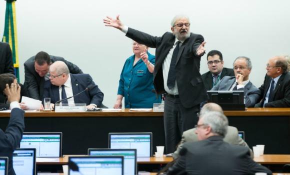 """Depois de confusão e """"derrota"""" do relator, conclusão da reforma política fica para a próxima semana"""