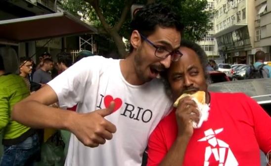 Vídeo: Cariocas fazem fila para prestar solidariedade a refugiado sírio
