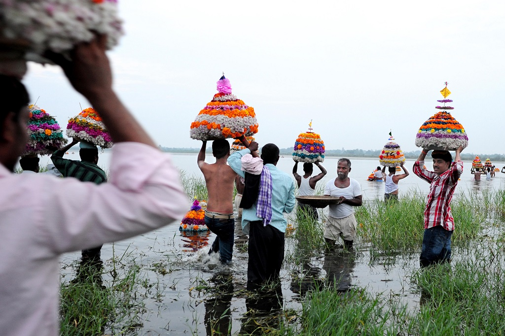 Bathukamma immersion in lake Telangana