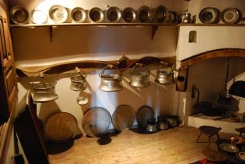 Менците, камината, където се готви и се пече хлябът.