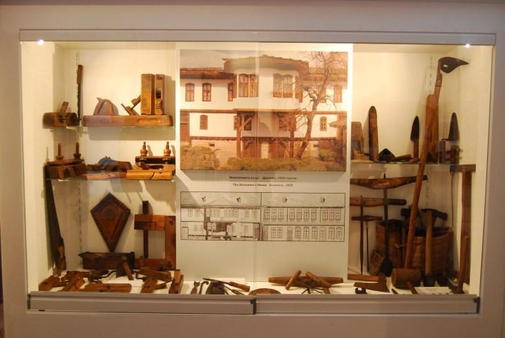 Снимка и план на Икономовата къща, както и характерни за Възраждането строителни инструменти
