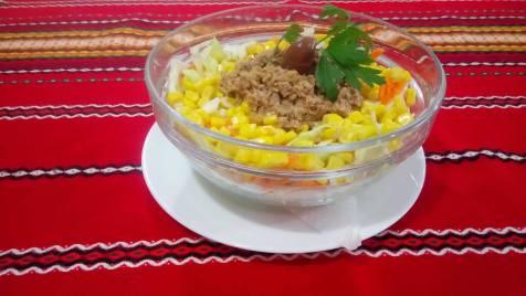 Морска салата - Зеле с морков, царевица и риба тон