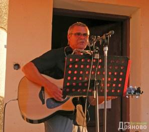 Кен Дейвидсън свири на китара, на хармоника и пее - едновременно!