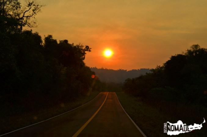 Atardecer sobre la ruta costera en Misiones