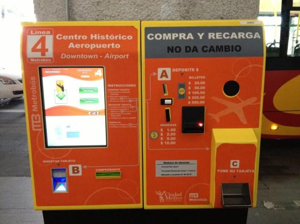 Máquina expendedora del Metrobús en la parada de la terminal 2.