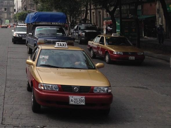 """Un taxi cuya placa tiene la licencia """"en trámite"""". De todas formas, nunca se sabe."""