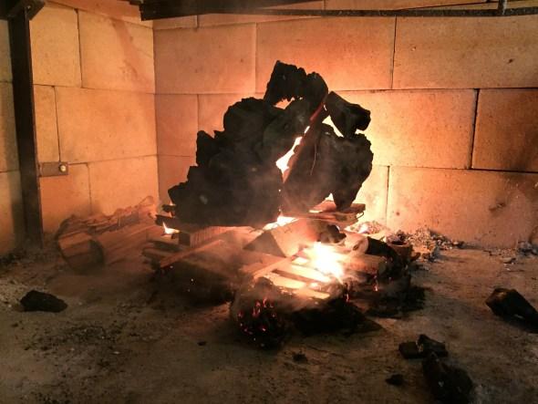Encendiendo el fuego en la parrilla