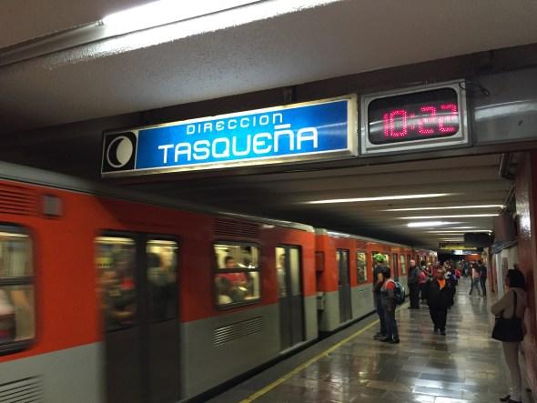 Tomando el metro línea 2 en dirección Tasqueña