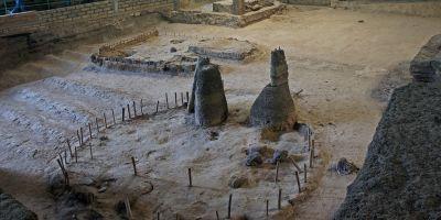Foto de Mariordo (Mario Roberto Duran Ortiz). Rseturile satului maya Tamazcal (Structura 9) excavat în Zona 2, de la Joya de Cerén ars de către vulcanul în erupţie în jurul anului 600 (El Salvador). Sursă Wikipedia.