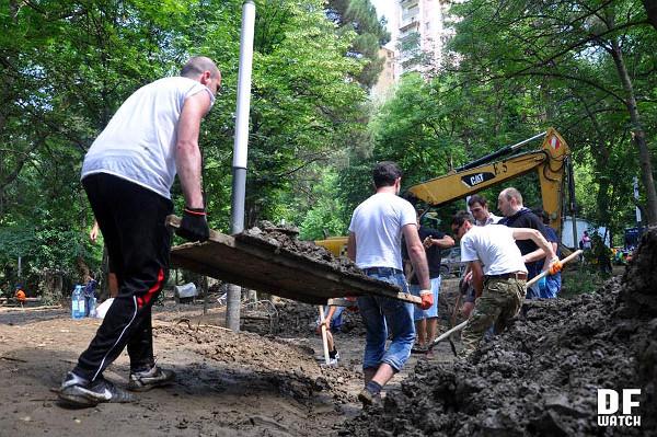 volunteers_clean_up_work